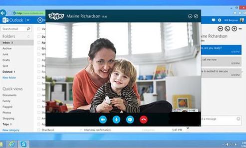 Mama z dzieckiem odbywający trening mózgu online